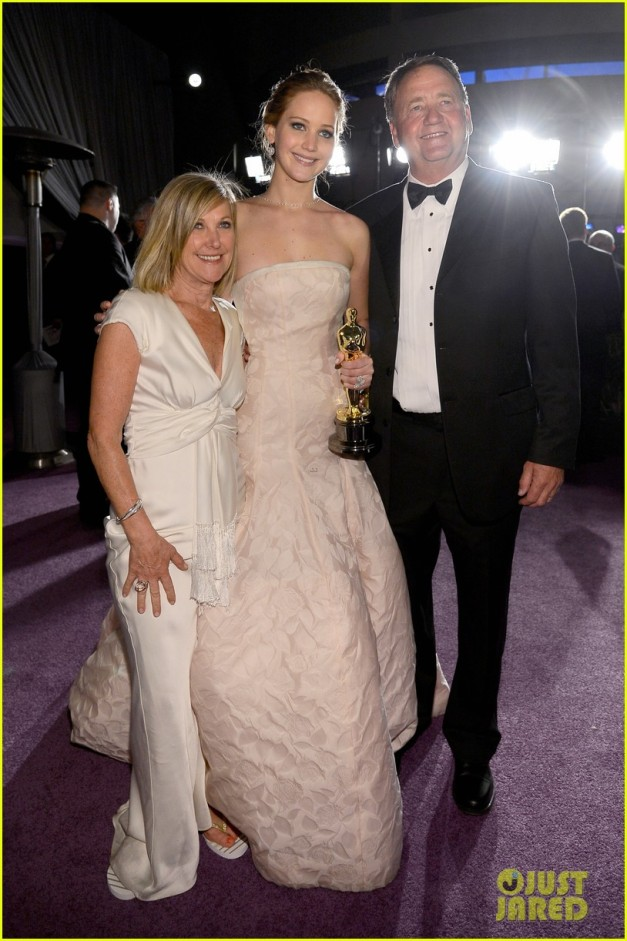 jennifer-lawrence-mobbed-by-family-post-oscars-win-04