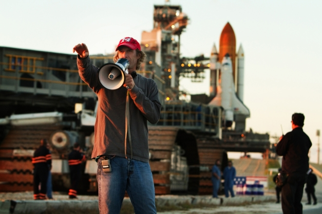 transformers-dark-of-the-moon-set-photo-michael-bay-01